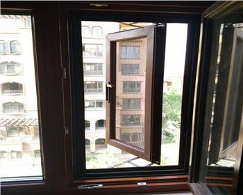 """纱窗""""脏了,不用拆着洗!家政那偷学两招,灰渍立马不见了!"""